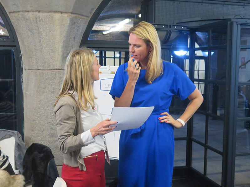 Anna and Nienke chatting